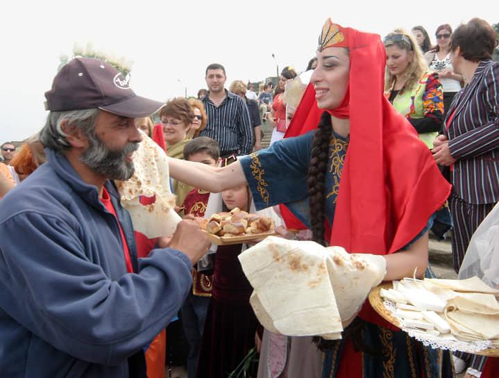 """Яхта """"Киликия"""" была точной копии армянских торговых кораблей XIII века. Капитану """"Киликии"""" Карену Балаяну (слева) кладут на плечо лаваш, приветствуя его таким образом"""
