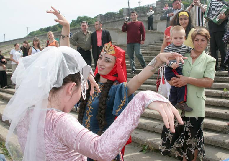 """Какие только события не видела Чкаловская лестница. На фото -Армянские девушки танцуют на Чкаловской лестнице во время встречи яхты """"Киликия"""", проплывшей по маршруту Венеция - Амстердам (август 2006 года)"""