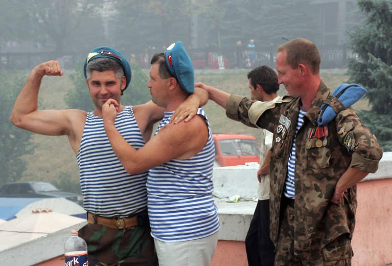 Отмечать свои праздники на лестницу приходят не только военные моряки, но десантники (2010 год)