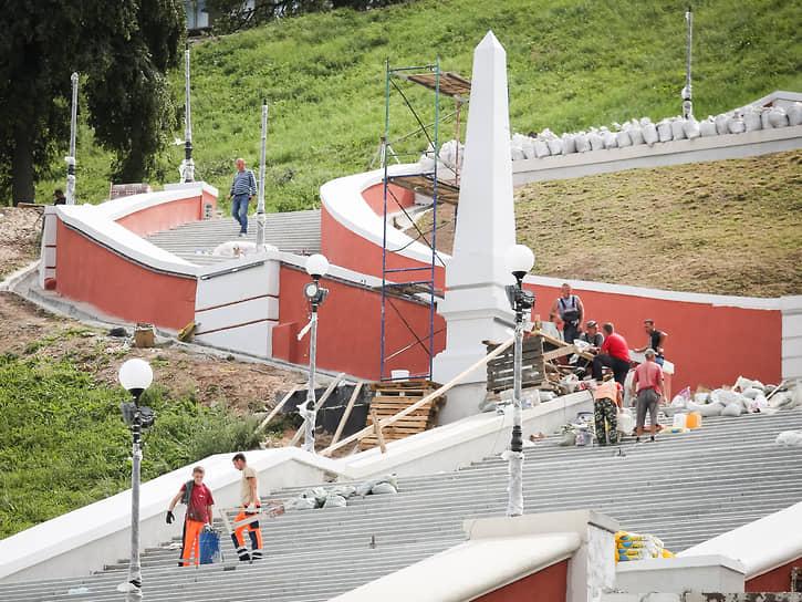 На 1 августа запланировано открытие обновленной Чкаловской лестницы