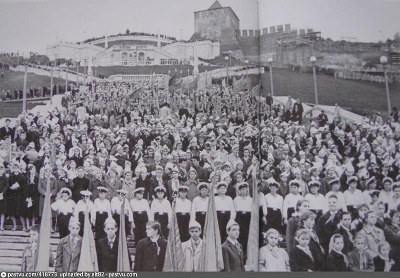 Здесь проводили и праздничные торжества. Например, парад пионеров в честь Дня пионерии (1962 год)