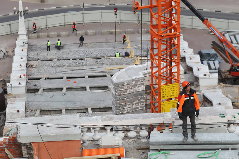 Лестницу разобрали, чтобы укрепить фундамент и установить новые ступени