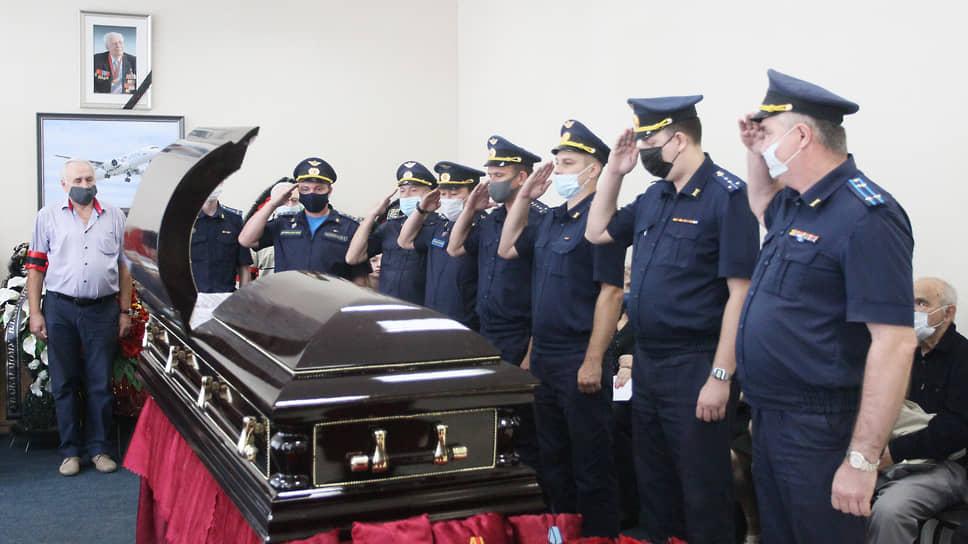 Немногие гражданские удостаиваются почестей от военных