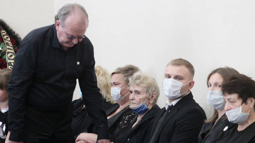 Сын покойного Александр Лузянин пытается утешить мать Марию Прокофьевну