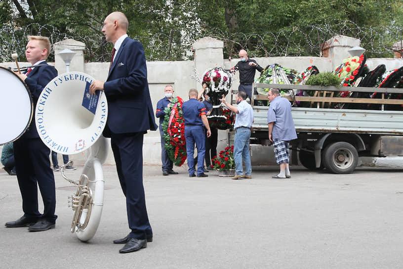 Венков оказалось так много, что для их перевозки на кладбище понадобился целый грузовик