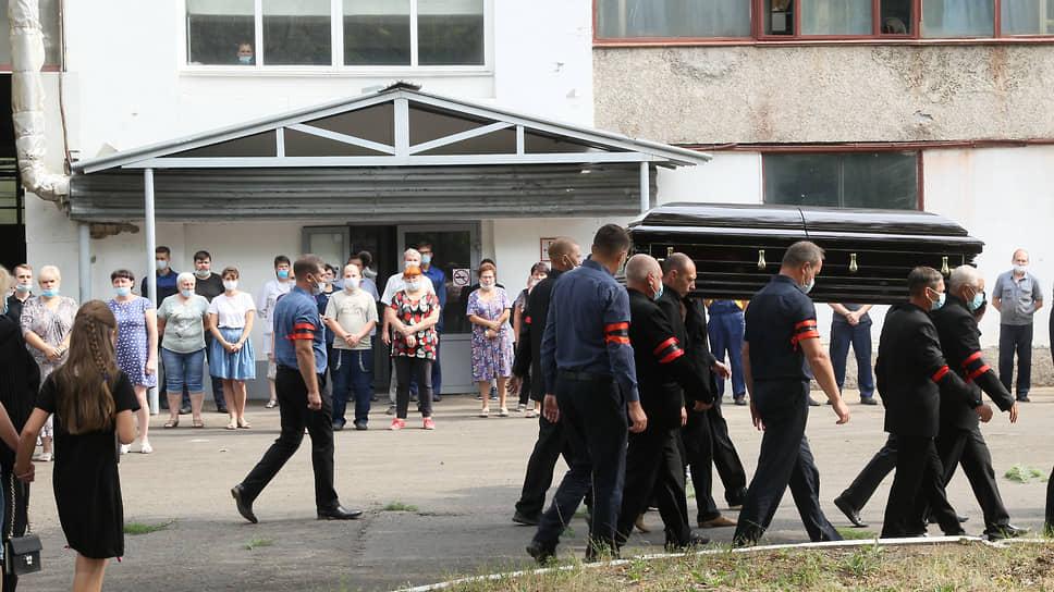 Последний путь Владимира Лузянина пролегал по родному заводу, где у каждого цеха его молча провожали рабочие