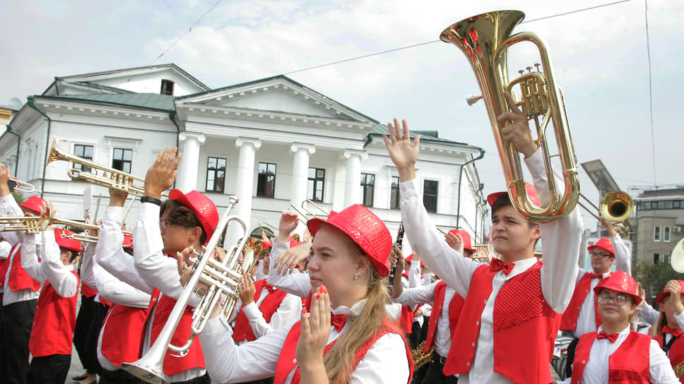 Сам день 800-летия начался с парада оркестров, съехавшихся со всей страны на главную пешеходную улицу Нижнего Новгорода