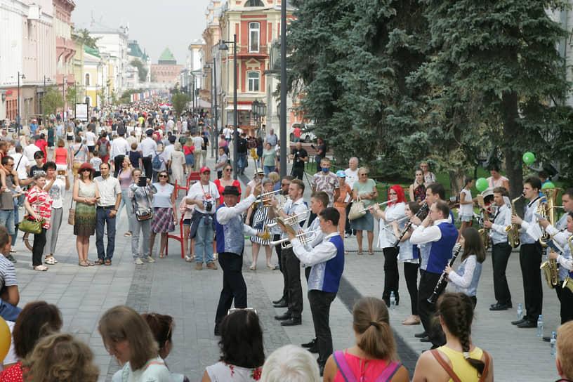 Выступления лучших оркестров страны мгновенно собирали аудиторию гуляющих по Покровке