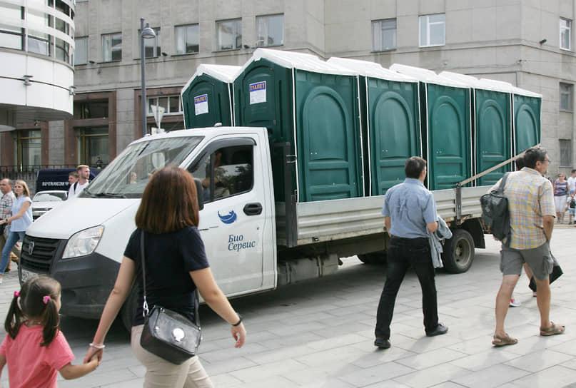 Большая Покровка всегда страдала отсутствием общественных туалетов. Масштабная реконструкция улицы так и не исправила это положение, и к празднику пришлось срочно ввозить сюда биокабины