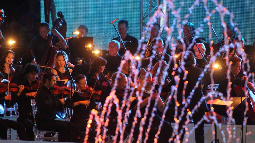 На этой сцене можно было увидеть самые невероятные сочетания, в том числе симфонического оркестра с фонтанами