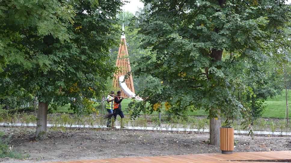 Кое-где сквозь поредевшие деревья все еще просвечивают силуэты рабочих