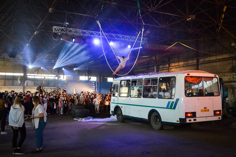 Воздушную акробатику над ПАЗиками сопровождали церковные песнопения