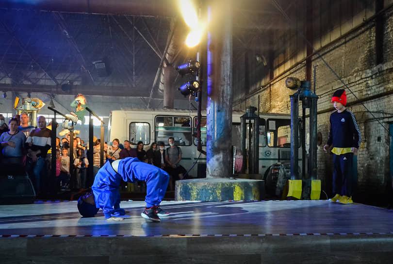 """""""Упсала-Цирк"""" известен тем, что привлекает к выступлениям детей с особенностями развития и из неблагополучных семей. Брейк-данс в исполнении молодого поколения танцоров сорвал овации"""