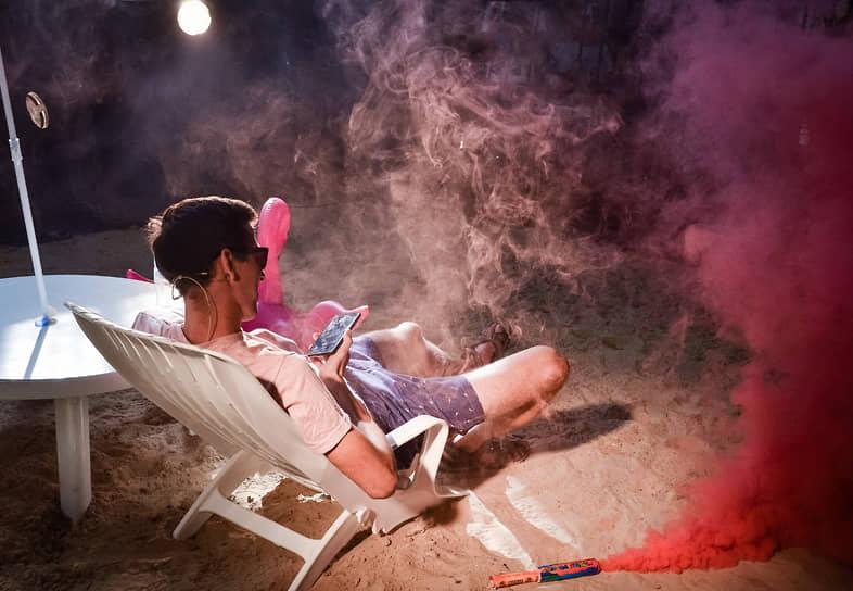Были в программе выступлений цирка и философские перформансы. Номер об одиночестве человека в цифровом мире начался с пуска розового дыма.