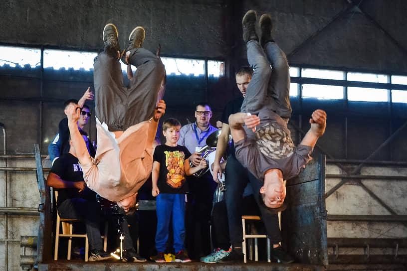 Гимнасты цирка исполнили акробатические номера прямо в ремонтном цехе выксунского транспортного предприятия
