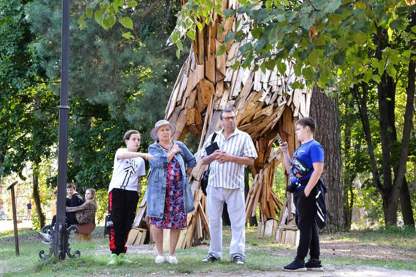 Деревянный единорог уже стал символом фестиваля и излюбленным местом для фотографий гостей