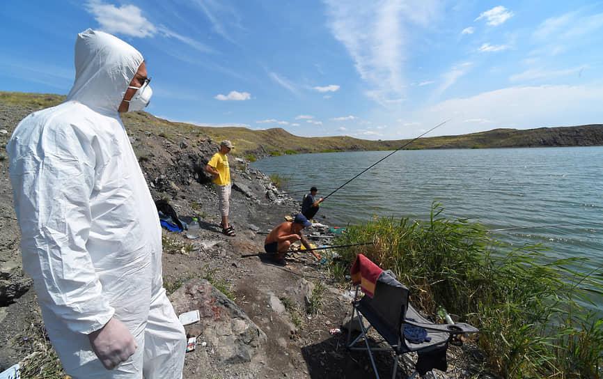 """В казахстанском Семипалатинске до сих пор слышны отголоски ядерного взрыва. На фото -- территория бывшего Семипалатинского ядерного полигона, площадка """"Балапан"""" –озеро, образованное на месте взрыва ядерной бомбы."""