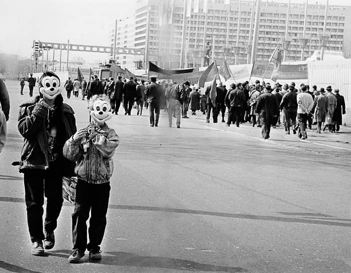 На первомайские демонстрации дети стали приходить в масках персонажей иностранных мультфильмов. 1998 год