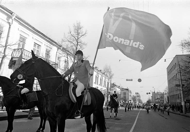 Первый ресторан сети открывался большим праздником. К торжествам была привлечена даже конная процессия.