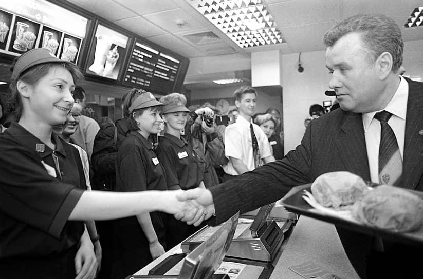 Губернатор Нижегородской области Иван Скляров стал одним из первых посетителей первого в Нижнем Новгороде ресторана McDonald's. 1997 год