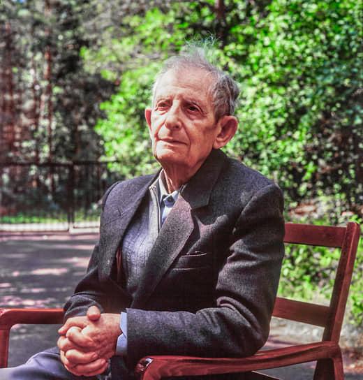 Кроме Андрея Сахарова над созданием первой советской атомной бомбы работал академик Юлий Харитон. На фото -- физик около своего дома. Июль 1994 года