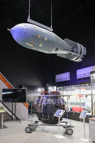 Оба руководителя проекта со созданию советской атомной бомбы работали в закрытом городе Сарове Нижегородской области. Сегодня макеты первых бомб располагаются в местном музее Ядерного оружия