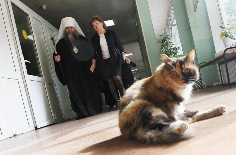 Только на обитающих в школах котов санитарные требования не распространялись. Эти животные не обращают внимания даже на проходящего к урне митрополита Георгия