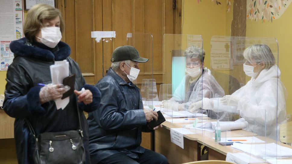 К полудню воскресенья на участках появились очереди желающих проголосовать