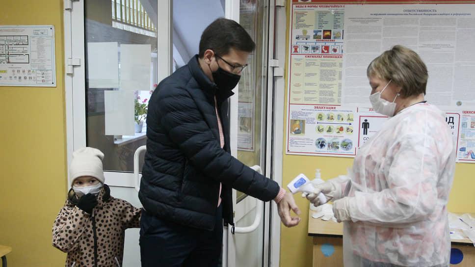 Даже мэра Нижнего Новгорода Юрия Шалабаева на входе заставили измерить температуру