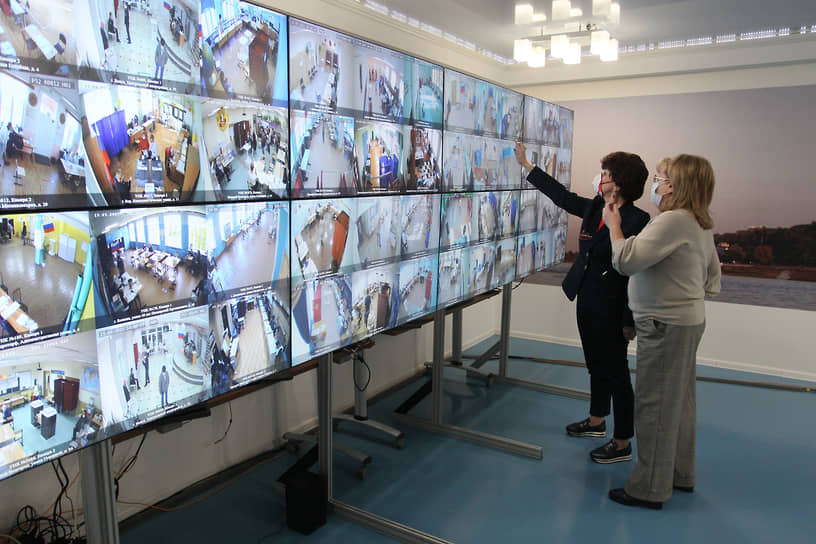 За всеми избирательными участками Нижегородской области в режиме реального времени следили в ситуационном центре Общественной Палаты, где на мониторах отображалось видео со всех камер
