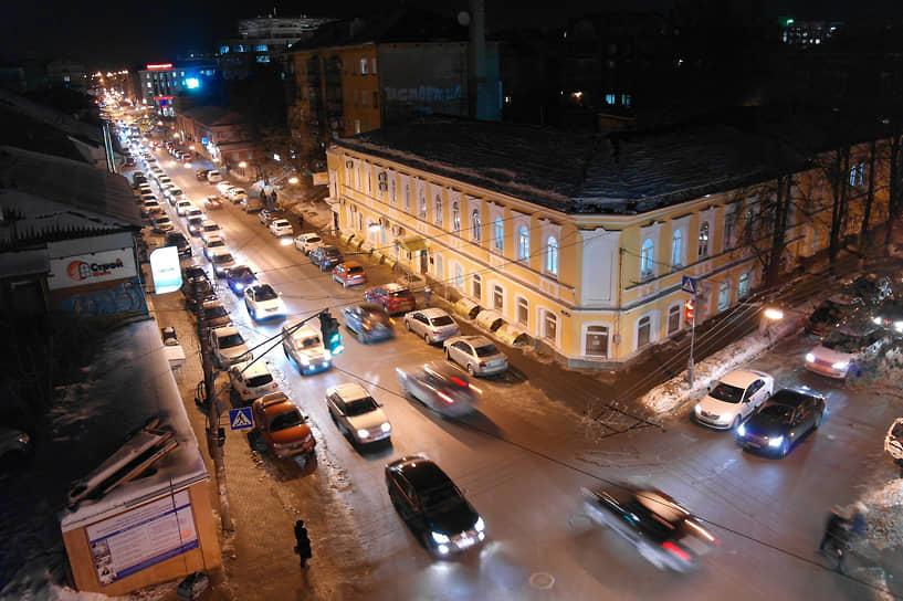 Подарив человеку свободу передвижения, автомобиль снова отобрал ее в больших городах. В уличных пробках зачастую пешеходы обгоняют стоящий в ожидании проезда транспорт