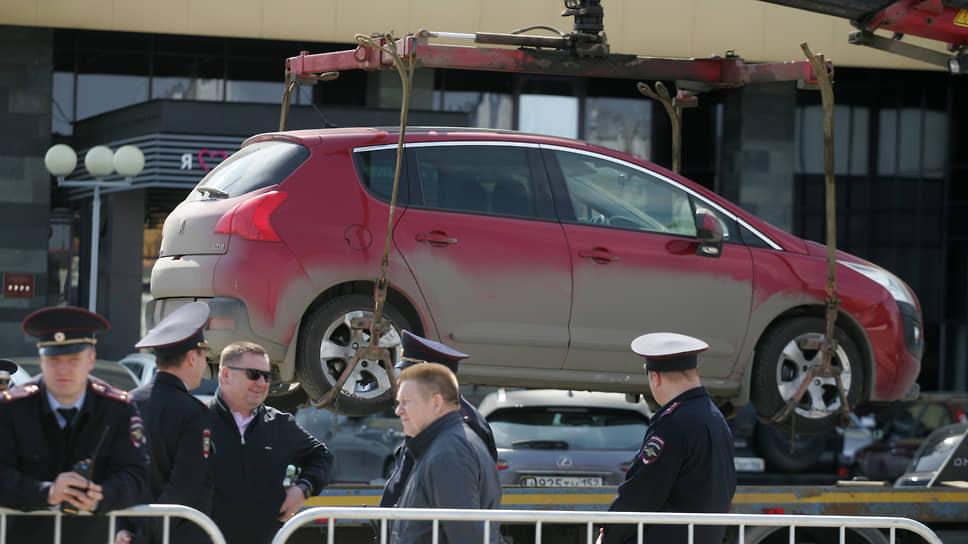Еще одна проблема автовладельцев, не находящих места чтобы припарковаться, иногда глобальнее пробок. Можно за несколько минут лишиться железного коня, если рядом оказался эвакуатор