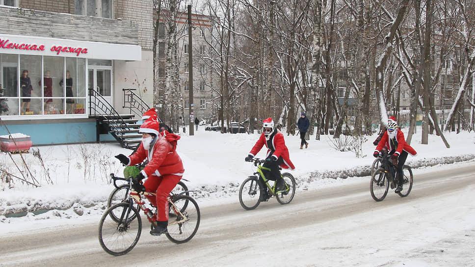 Даже Санта-Клаусы пересаживаются на велосипед с оленей