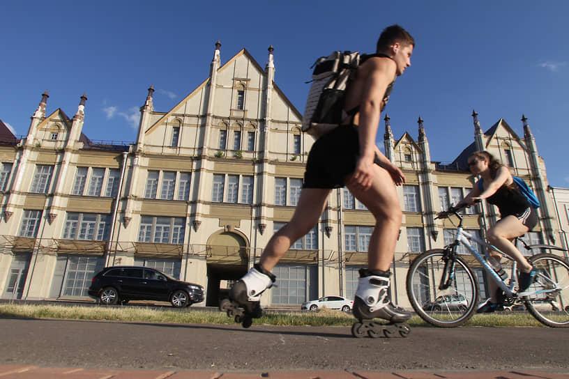 Если нет велосипеда или самоката, по улицам можно ездить и на роликовых коньках