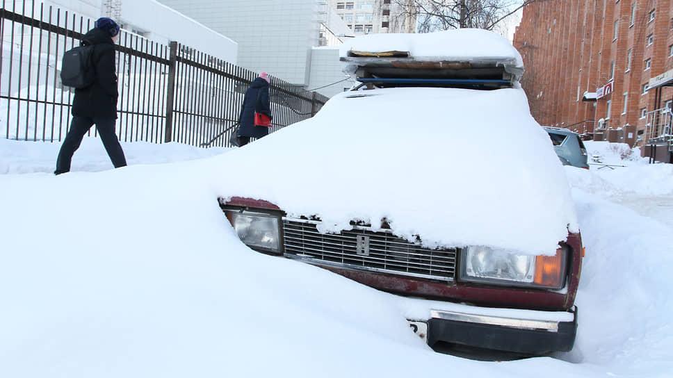 В снежные зимы, какой была прошедшая, многим автомобилистам проще оставить железного коня в сугробе