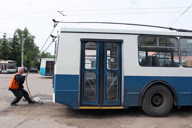 Троллейбус, как и трамвай, гораздо экологичнее автотранспорта, поскольку не выбрасывает в атмосферу продуктов сгорания