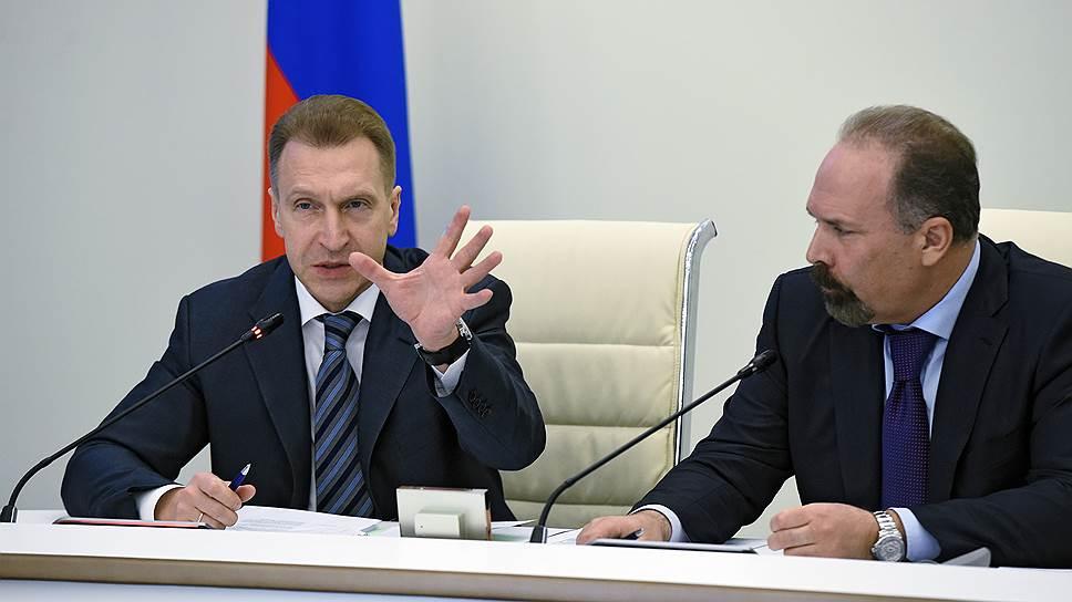 Первый запред Правительства Игорь Шувалов и министр строительства и ЖКХ Михаил Мень на заседании коллегии Минстроя