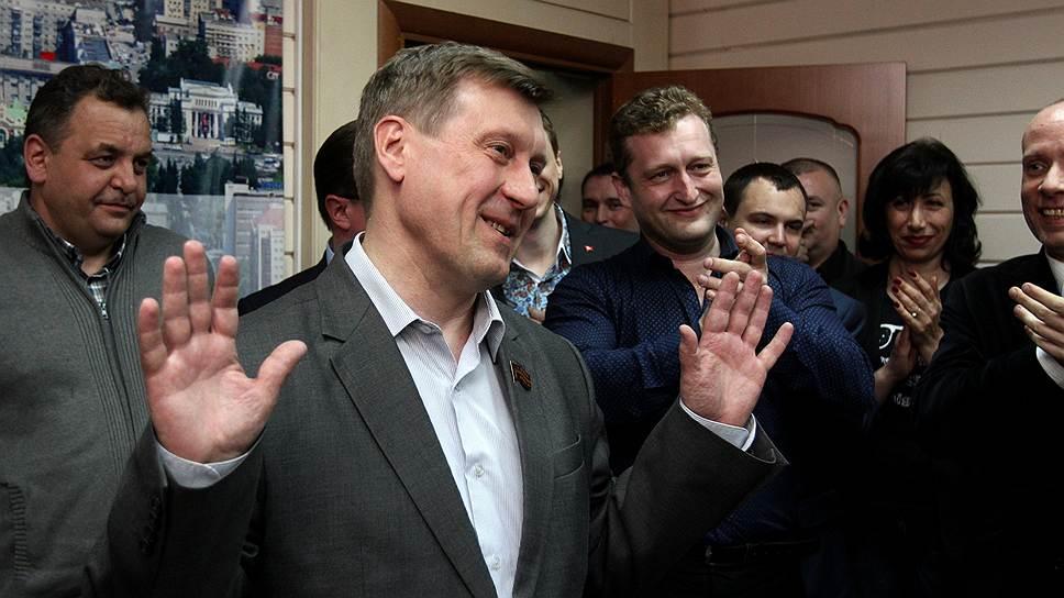Понедельник начинается с субботника / Коммунист Анатолий Локоть готовится принимать власть в Новосибирске