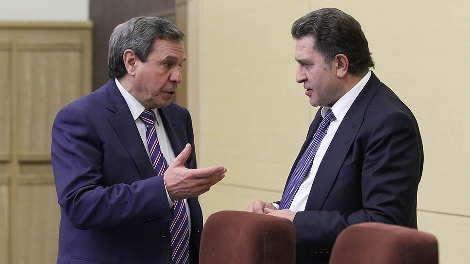 Спикер новосибирского областного парламента Андрей Шимкив (справа) предложил чиновникам возглавляемого Владимиром Городецким (слева)правительства застрелиться