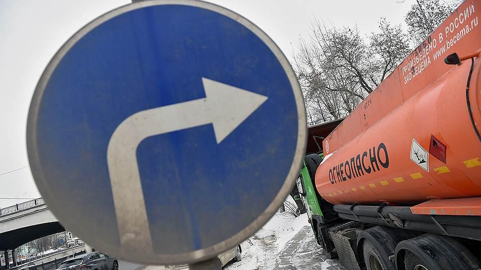 У Ачинского НПЗ «Роснефти» выстроилась многокилометровая очередь из ожидающих топлива бензовозов
