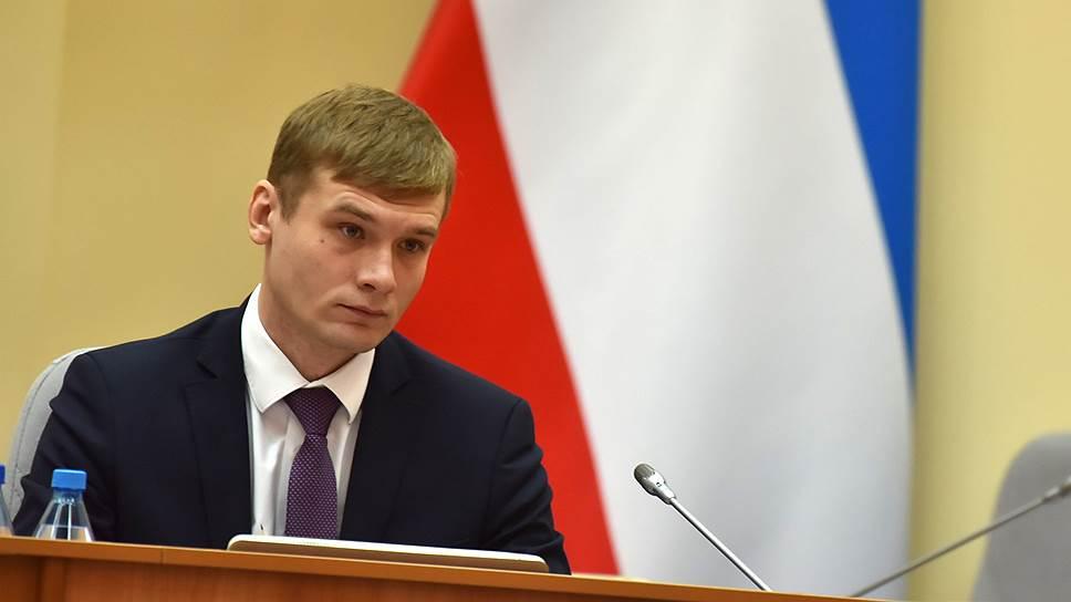 Валентин Коновалов видит в действиях энергетиков, из-за долгов ограничивающих поставки электроэнергии бюджетозависимым предприятиям, «меркантильный интерес частной структуры»