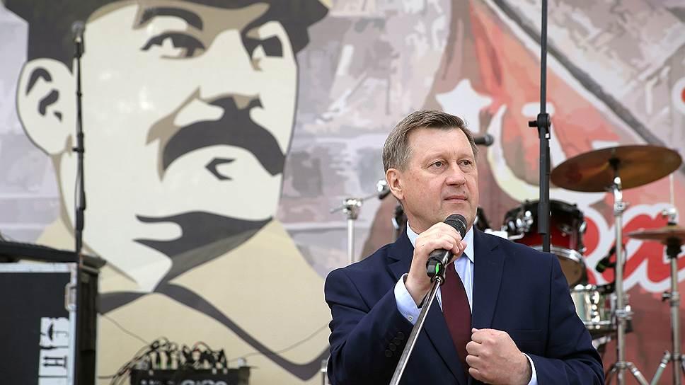 Преждевременное празднование годовщины Иосифа Сталина дало Анатолию Локотю повод пораньше начать сбор подписей в свою поддержку