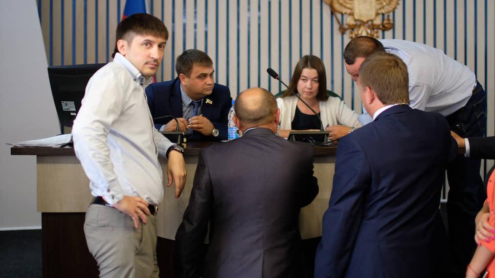 Оставшиеся на сессии депутаты лишили мандатов троих коллег, допустивших серьезные нарушения в декларациях
