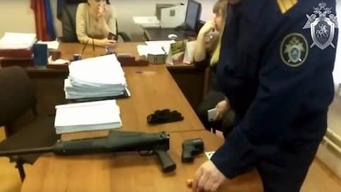 В мировом суде не мирно  / В Новокузнецке потерпевший ранил свидетеля и застрелил охранника