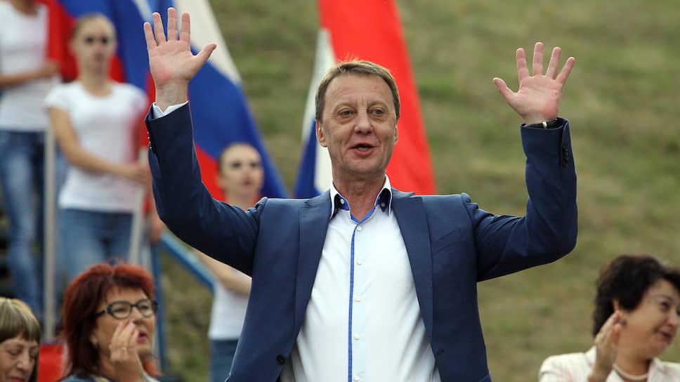 Девятка с тонировкой / Никто из кандидатов на пост сити-менеджера Барнаула не стал публиковать свои программы