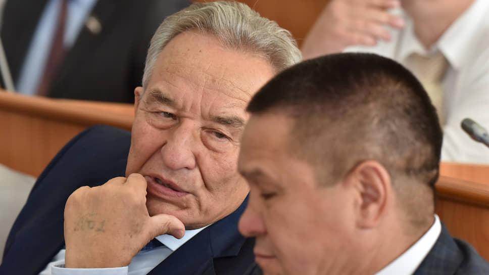 Спикер хакасского парламента Владимир Штыгашев (слева)