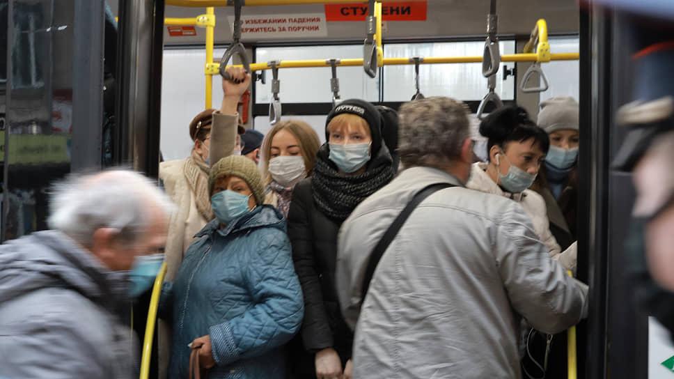Вторая волна поднялась в Сибири / Власти регионов говорят о напряженной эпидемиологической ситуации по коронавирусу