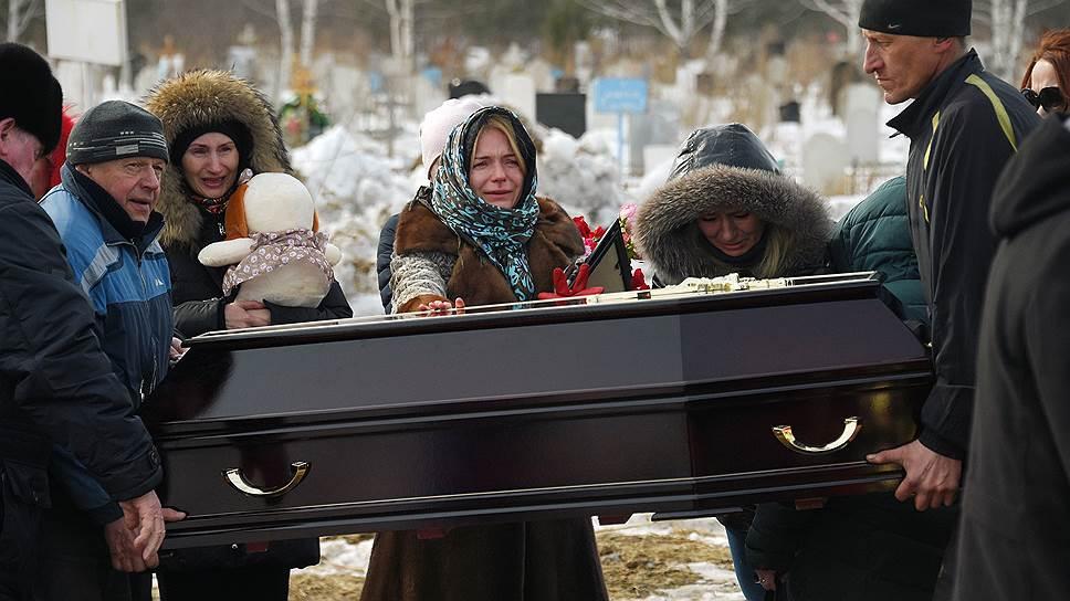 Похороны погибших при пожаре в Кемерове