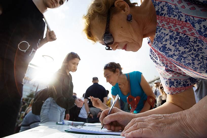 Участники митинга собирали подписи под обращением к сибирском полпреду президента Сергею Меняйло с требованием реформировать полицию, пересмотреть приговоры по статье 228 и уделить внимание непредвзятому расследованию всех дел против журналистов в России