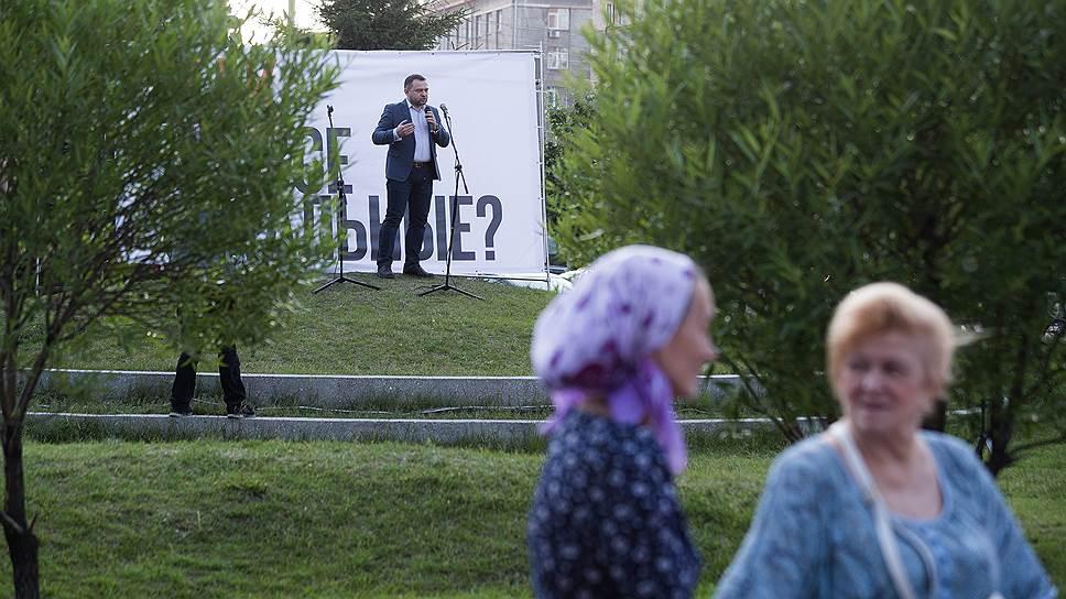 Координатор штаба оппозиционера Алексея Навального в Новосибирске Сергей Бойко напомнил собравшимся об аресте Леонида Волкова: «Нам противостоит система. И эта система не различает ни журналиста, ни политика»